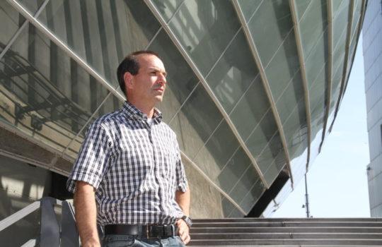 Hat mit dem Klimahausstrom ein regeneratives Stromangebot geschaffen: Arne Dunker, Geschäftsführer des Bremerhavener Klimahauses. Foto: Helmut Stapel