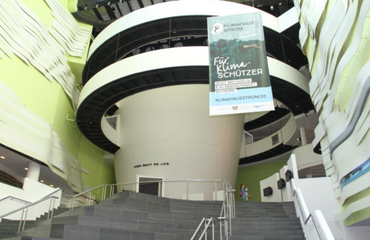 Soll Klimahaus-Besucher zum Wasserkraft-Stromwechsel bewegen: das auffällige Transpart im Foyer. Foto: Helmut Stapel