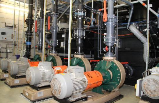 Einer der großen Stromverbraucher im Klimahaus: die Aquarienpumpen.  Foto: Helmut Stapel