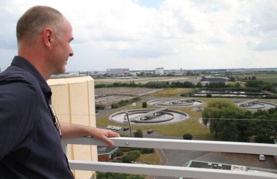 Hat auf der Bremerhavener Zentralkläranlage alles im Blick: Betriebsleiter Holger Lührs. Foto: Helmut Stapel