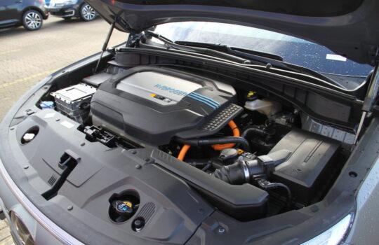 Wirkt sehr aufgeräumt: der Motorraum mit der Brennstoffzelle in der Mitte. Foto: Helmut Stapel