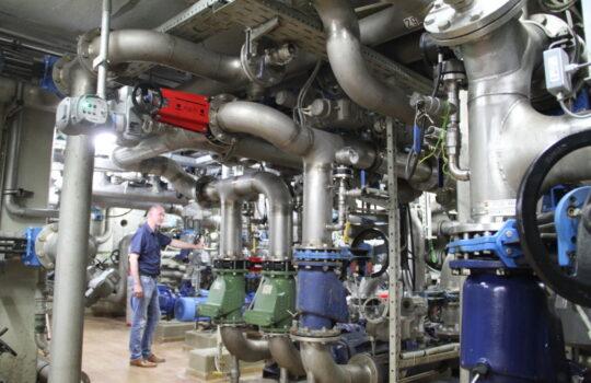Eine Welt von Rohren, Rädern, Druckmessern und Leitungen: der technische Unterbau der ZKA. Foto: Helmut Stapel