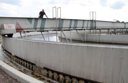 Ein Teil der vielen Klärstufen für das Abwasser: die großen Nachklärbecken. Foto: Helmut Stapel