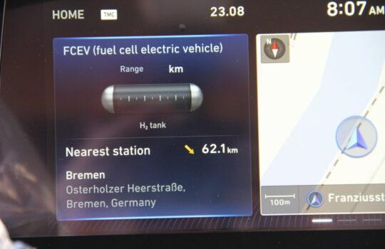 Unterschied zum Auto mit Verbrennungsmotor: Ein großes Display zeigt an, wo die nächste Wasserstoff-Tankstelle ist. In diesem Fall. Bremen. Foto: Helmut Stapel