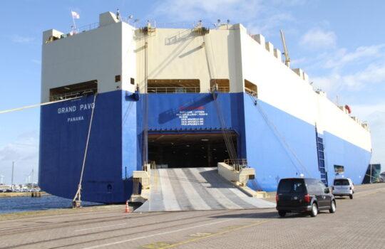 Bringt Wasserstoff-Autos von Korea nach Bremerhaven: der Autotransporter Grand Pavo. Foto: Helmut Stapel