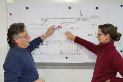 Haben gemeinsam das Transportschiff für Offshore-Windparks mit dem emissionsfreien Antrieb entwickelt: Rolf Rhoden und Martina Kuhlmann. Foto: Helmut Stapel