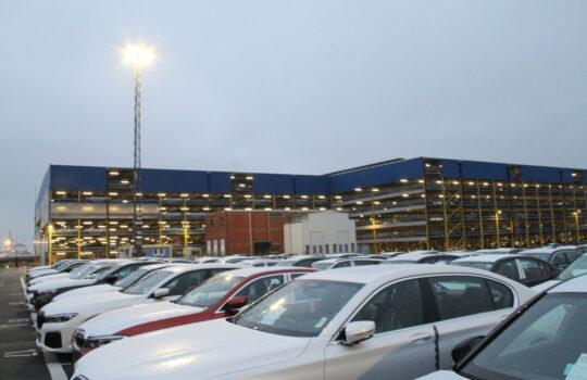 Ist ein wesentlicher Punkt bei den Emissionseinsparungen: die Beleuchtung auf dem Bremerhavener Autoterminal der BLG. Foto: Helmut Stapel