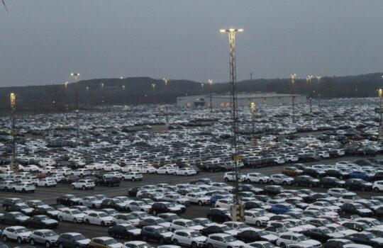 Mehr als 670 Lichtmasten beleuchten die Stellflächen des Autoterminals. Foto: Helmut Stapel