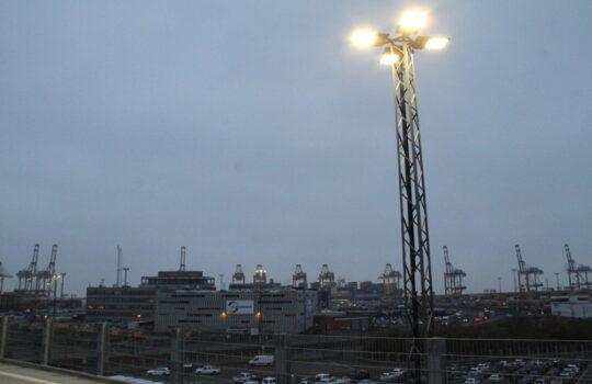 Wurden komplett auf LED-Betrieb umgestellt: die 35 Meter hohen Lichtmasten auf dem Autoterminal. Foto: Helmut Stapel