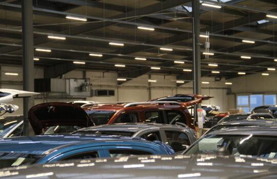 Sind inzwischen ebenfalls im energiesparenden LED-Betrieb: die überdachten Parkhäuser. Foto: Helmut Stapel