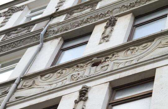 Sollen nicht Opfer von Außenfassadendämmung werden: die Stilelemente an den Häusern. Foto: Helmut Stapel