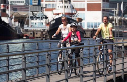 Radfahrer am Alten Hafen (c)Helmut Gross