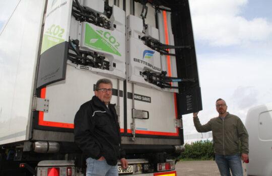 Checken das neue Aerodynamik-System Betterflow vor der Abfahrt: Lkw-Fahrer Ralf Horstmann (links) und Brüssel-Geschäftsführer Ulf Brüssel. Foto: Helmut Stapel
