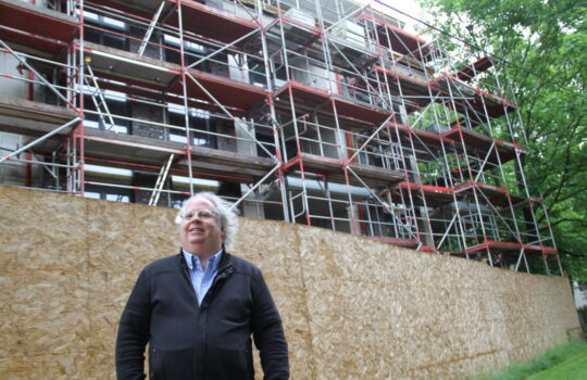 Ist stolz auf das nachhaltige Bauprojekt aus seinem Haus: Architekt Guido Joost. Foto: Helmut Stapel