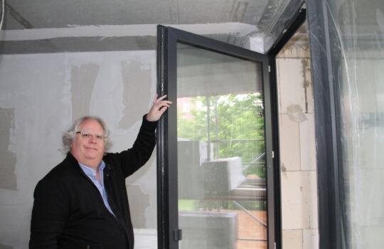 Trotz hoher Energieersparnis: Bodentiefe Türen und Fenster dank guter Isolierung. Foto: Helmut Stapel
