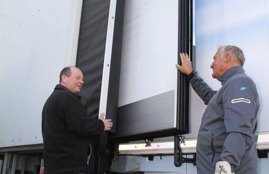 Passen perfekt: die Türen des Trailers mit eingeklappten Betterflow-Flügeln am Kühlhausportal. Foto: Helmut Stapel