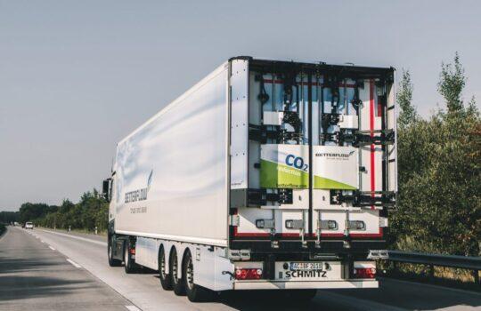 Klappen ab Tempo 60 automatisch auf und reduzieren den Luftwiderstand: die Betterflow-Heckflügel am Lkw-Trailer. Foto: Helmut Stapel