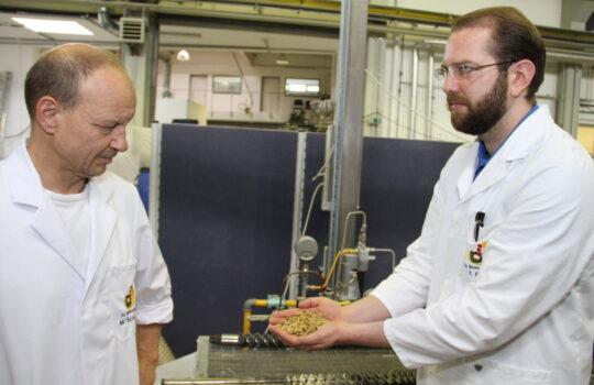 Arbeiten am ttz gemeinsam an der Entwicklung neuer Pflanzenproteine für die Lebensmittel- und Nahrungsindustrie: Martin Schüring (links) und Tobia Fitzel. Foto: Helmut Stapel