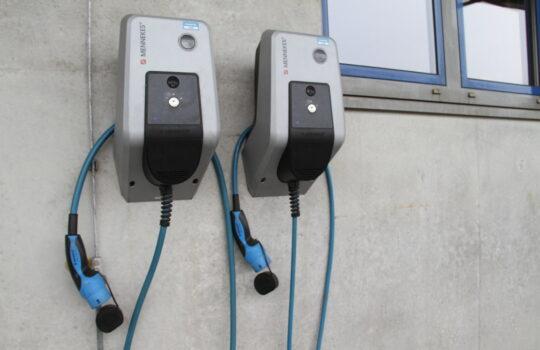 Standard auf dem Betriebshof von bremenports: Ladestationen für Elektrofahrzeuge. Foto: Helmut Stapel